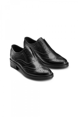 BATA WOMAN DERBY SHOE WITH BROGUES DETAILS ON THE UPPER, REAL LEATHER MATERIAL.