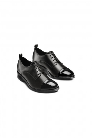 BATA WOMAN LACED SHOE IN REAL LEATHER MATERIAL WITH TOE DETAIL IN PATENT. BLACK