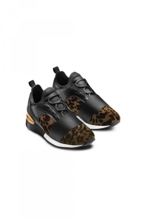 WOMAN SNEAKER IN TEXTILE MATERIAL WITH ELASTIC DETAIL ON THE TOE. BLACK COLOR